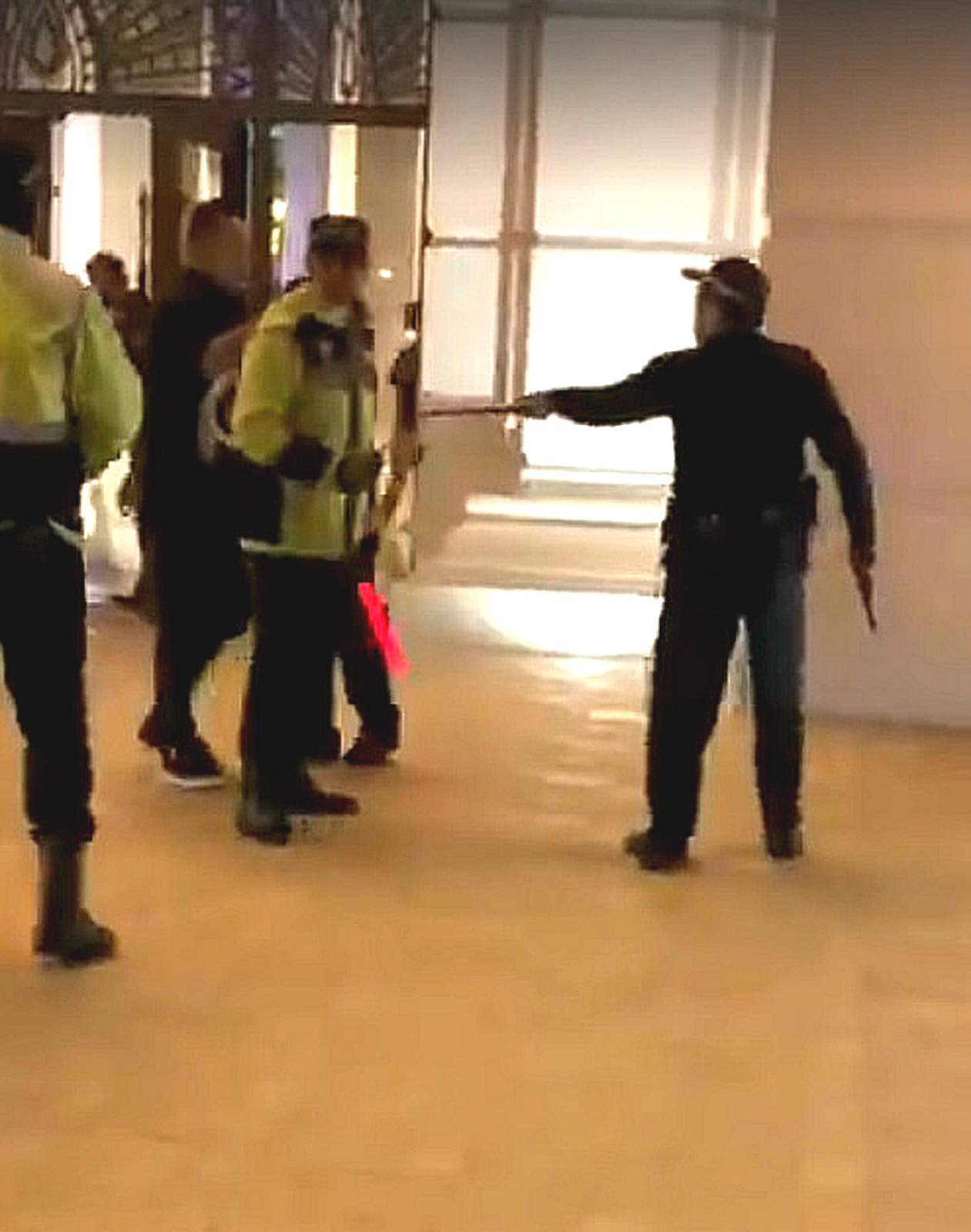 澳門有警員勸阻内地吸煙遊客受襲鳴槍。網上圖片
