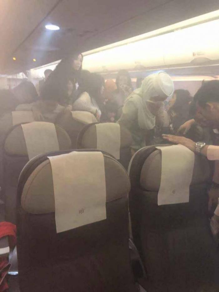 汶萊客機有乘客的充電裝置冒煙起火。網上圖片