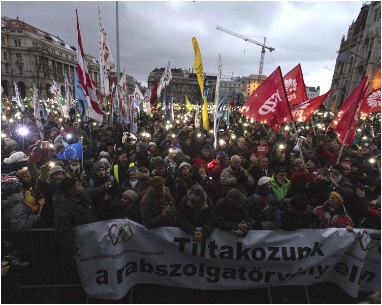 布达佩斯周六有至少一万人举行游行示威。AP