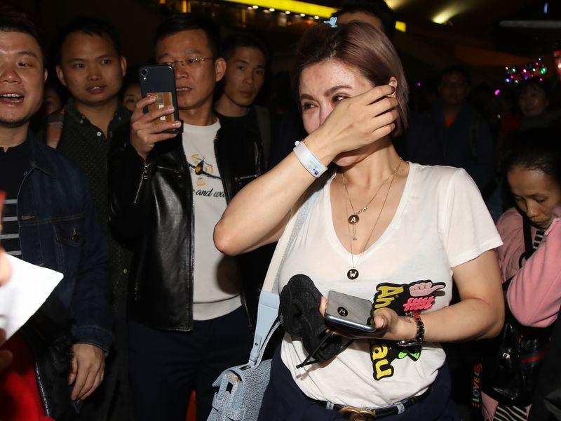 有女歌迷因華仔膘斬個唱,離開時痛哭。