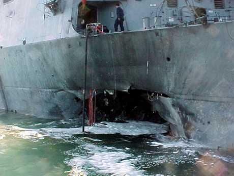 2000年美国海军驱逐舰科尔号遭炸弹袭击。资料图片