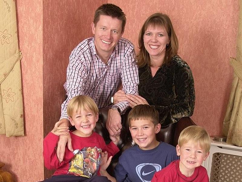55岁的威尔斯商人曼森与前妻及三名「儿子」合照。(网图)