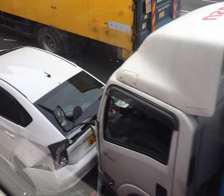 貨車與私家車相撞。Bowie Chan圖片