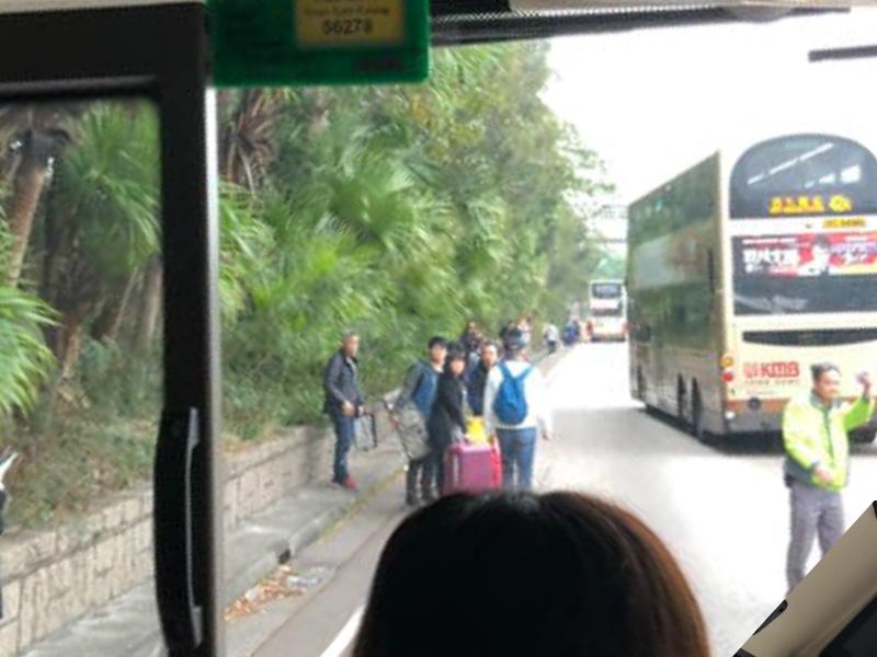 巴士乘客落車等候。Maggie Chan圖片