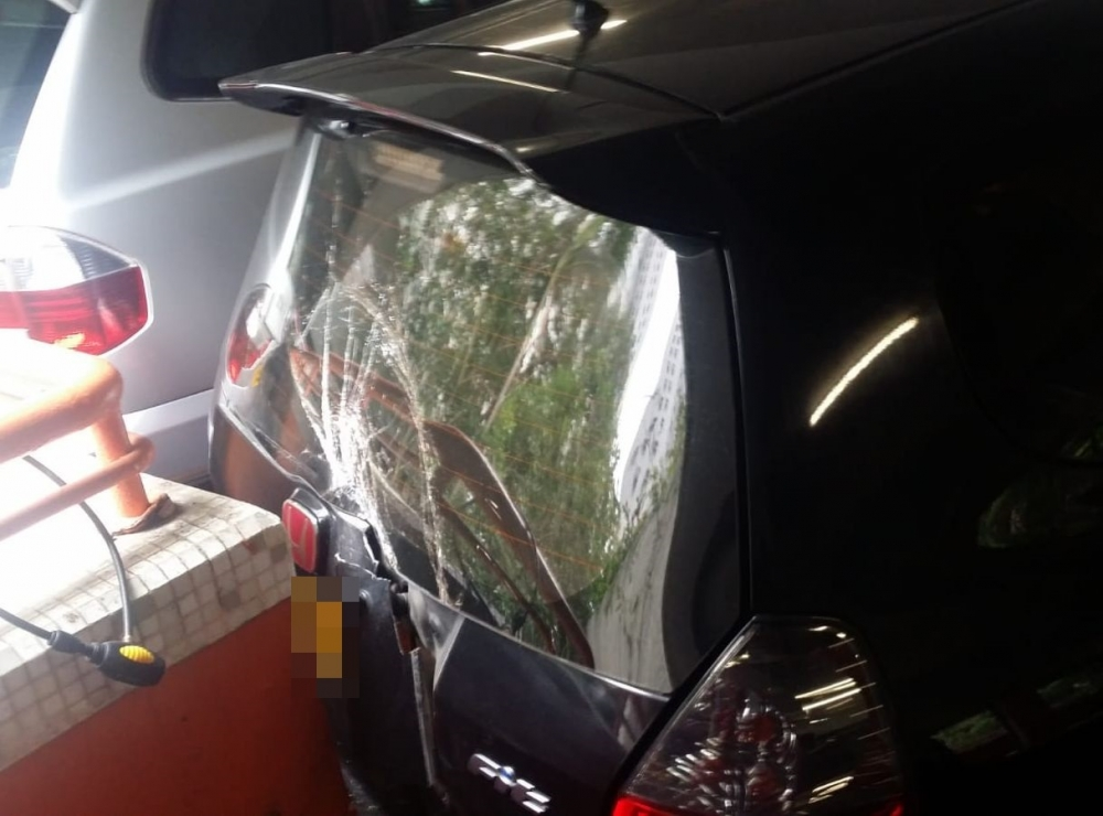 10輛私家車被撞毁。