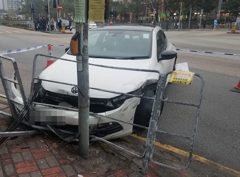 車頭及欄杆被撞毀。