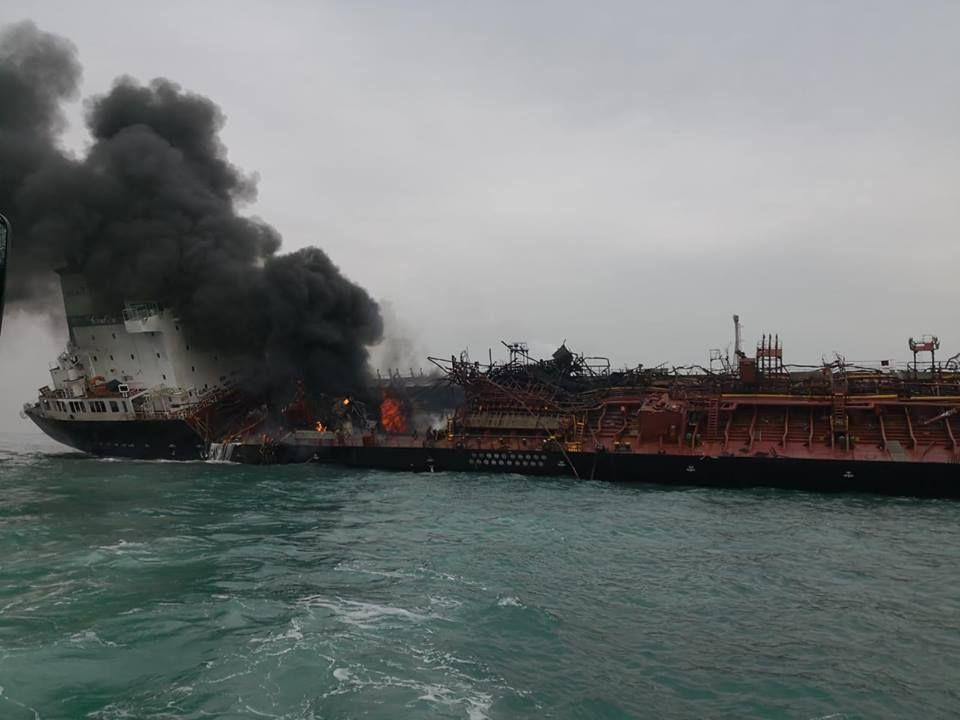 運油輪起火,冒出濃煙。 讀者提供