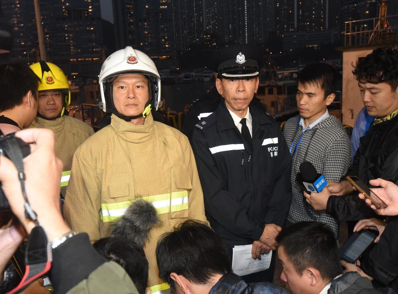 警方及消方晚上在現場交代事件。