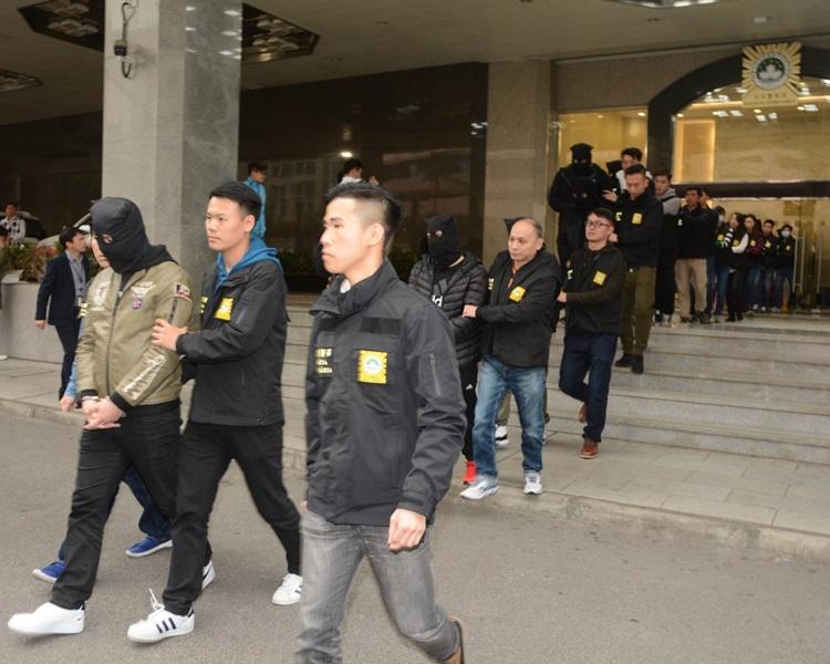 司警在澳門及氹仔8個豪宅單位拘捕了21人。