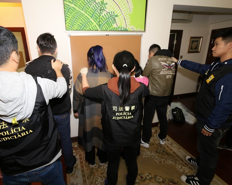 司警在豪宅單位內拘捕疑犯。