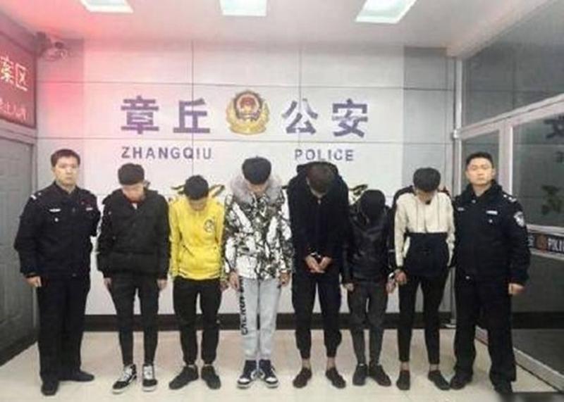 6人被捕后于派出所一字排开拍照,全部羞愧低头。
