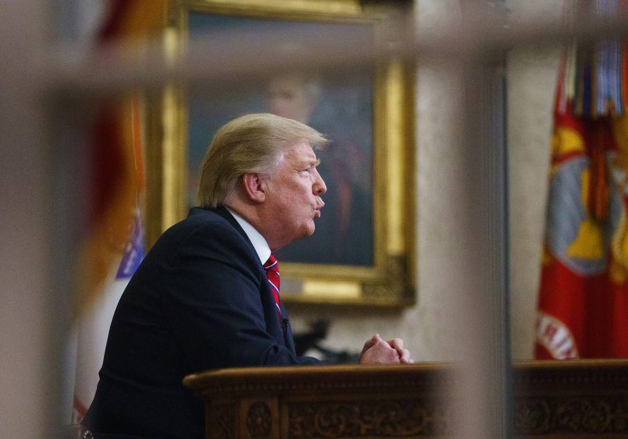 特朗普指大量非法移民和毒品越過南部邊界進入美國,對美國人的安全構成重大威脅。AP