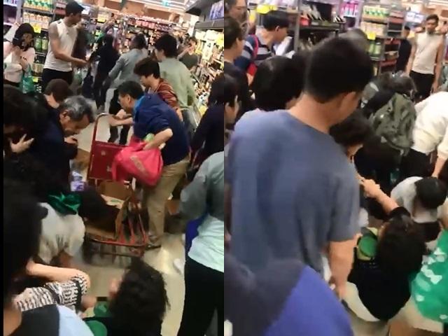 有人被推倒在地上,场面一度混乱。影片截图