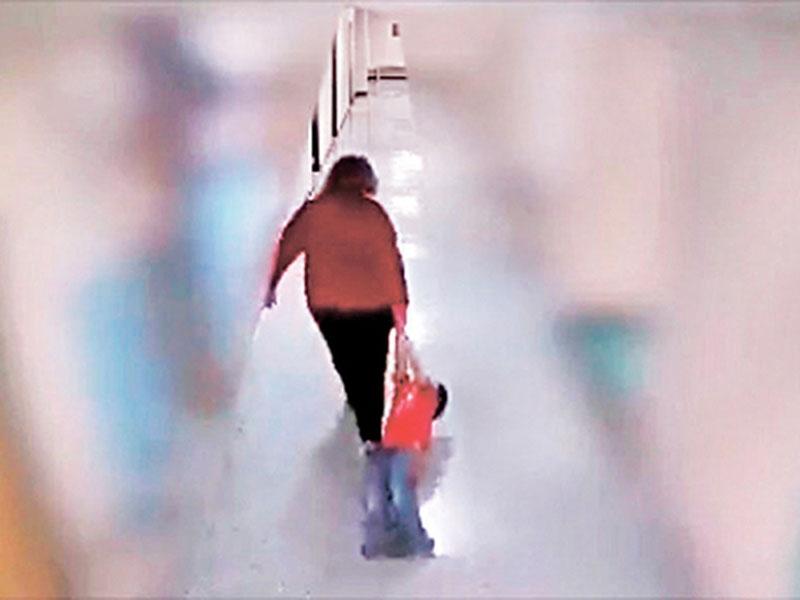 教师在学校走廊拖行9岁自闭童,即时遭校方解僱,警方正彻查。(网图)
