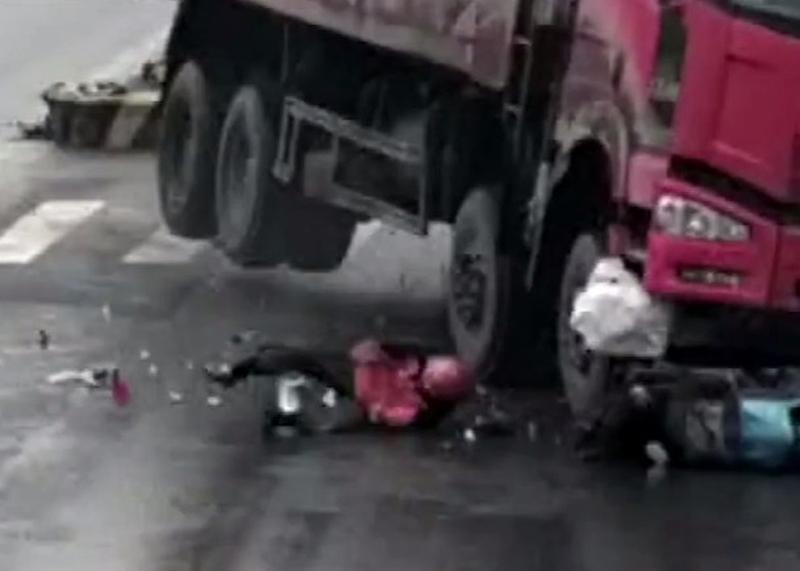 鐵騎男在地上滾了一圈,成功逃個被貨車輾壓。(網圖)