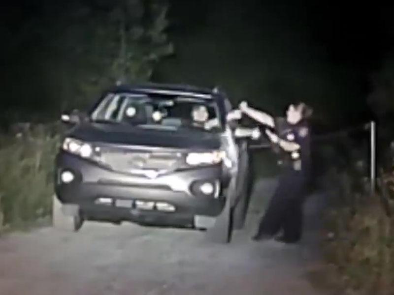 女警眼明手快,一手抓着疑犯的手枪。(网图)