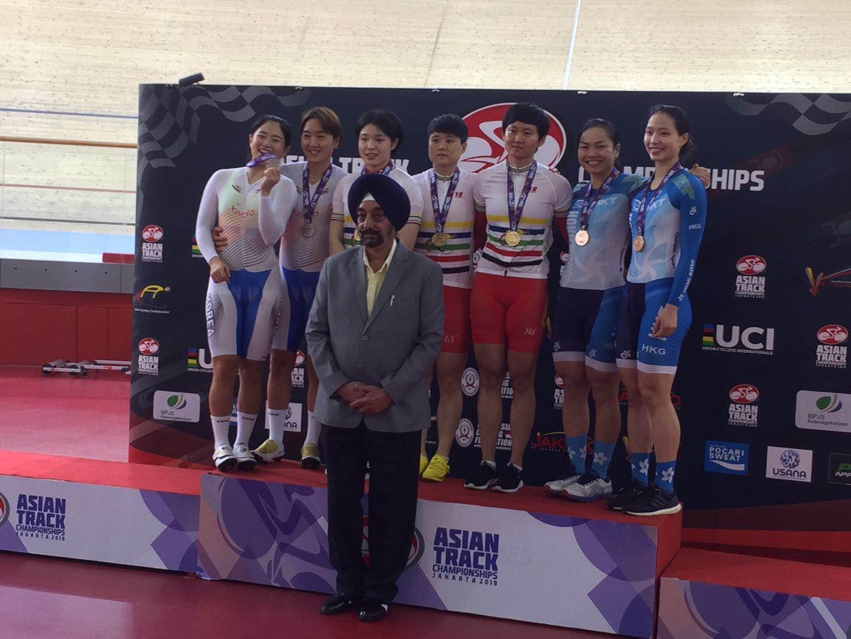 Sarah(後排右二)帶領師妹馬詠茹(後排右)出戰印尼亞錦賽女子團體競速賽即奪銅牌。 相片由香港單車隊提供