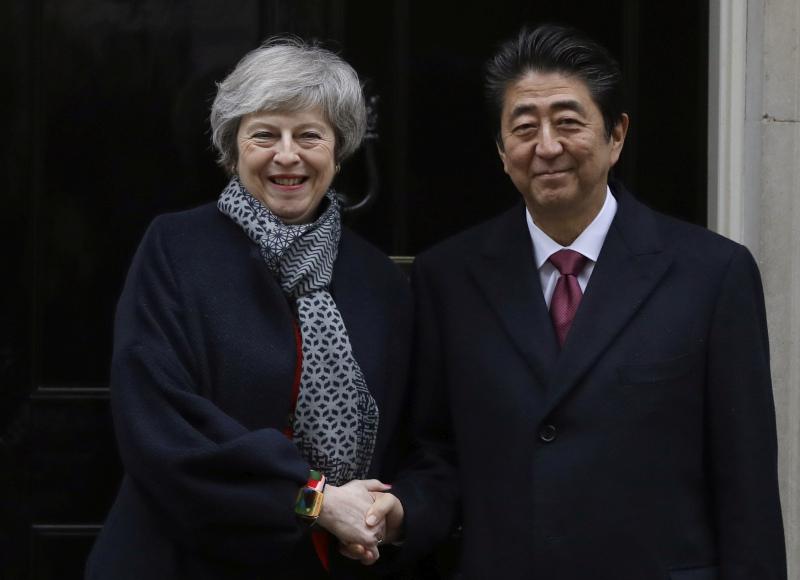 文翠珊(左)與訪英的安倍晉三(右)會面,促成雙邊貿易協議。AP