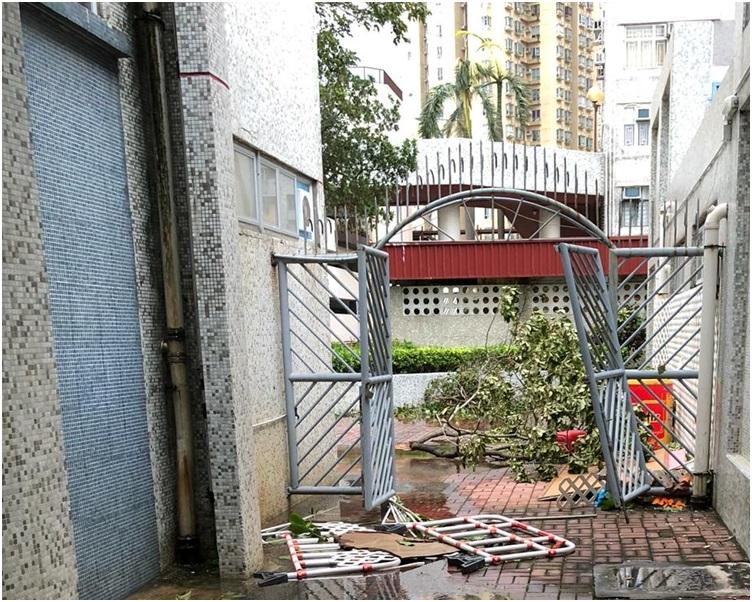 有學校閘門被「山竹」吹爛。