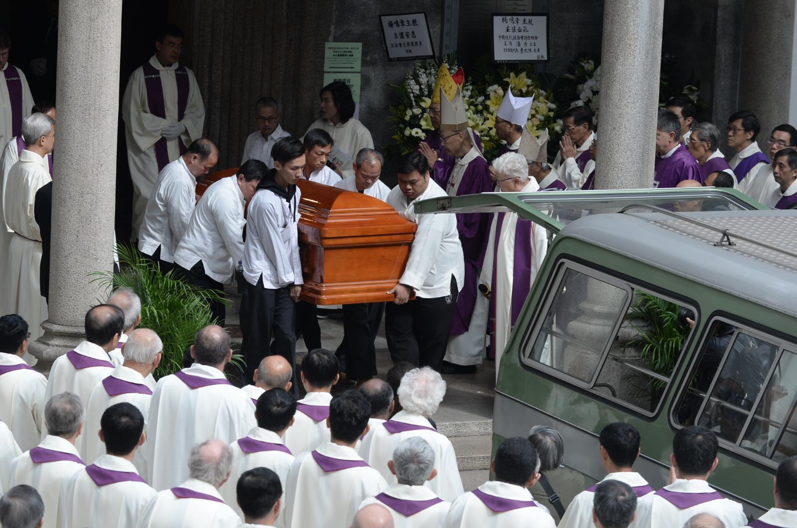 楊鳴章的靈柩中午移送跑馬地天主教聖彌額爾墳場安葬。