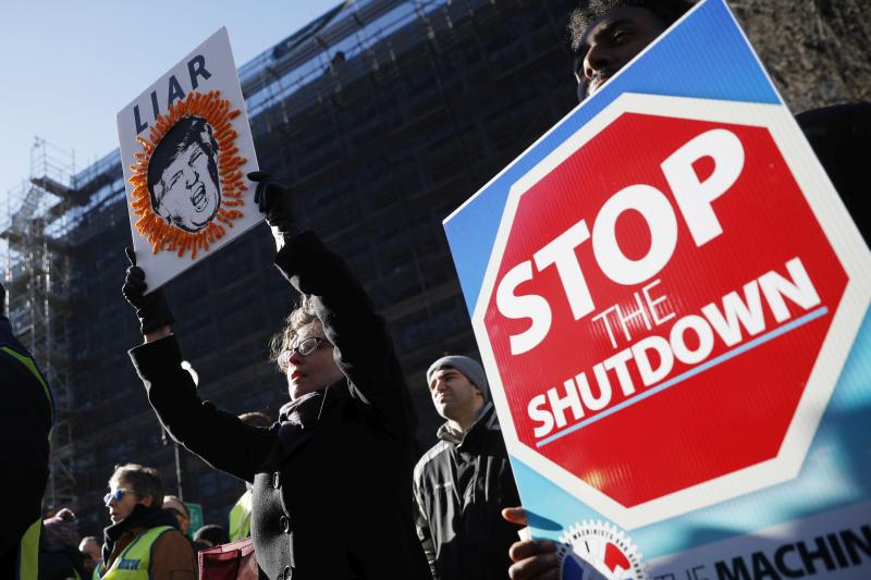 美國多地爆發以被迫休假聯邦政府僱員為主的抗議活動。AP