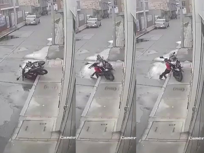 一名男童被傾倒的電單車,壓到身體「對摺」,場面相當驚悚。(網圖)