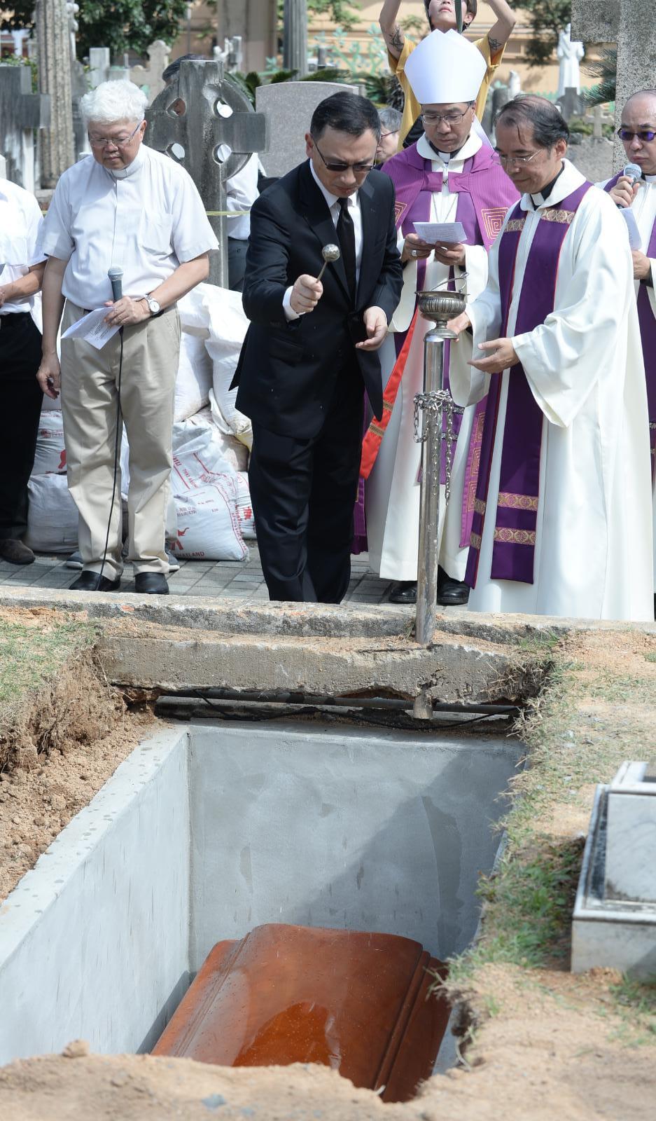 楊鳴章的靈柩移送跑馬地天主教聖彌額爾墳場安葬。