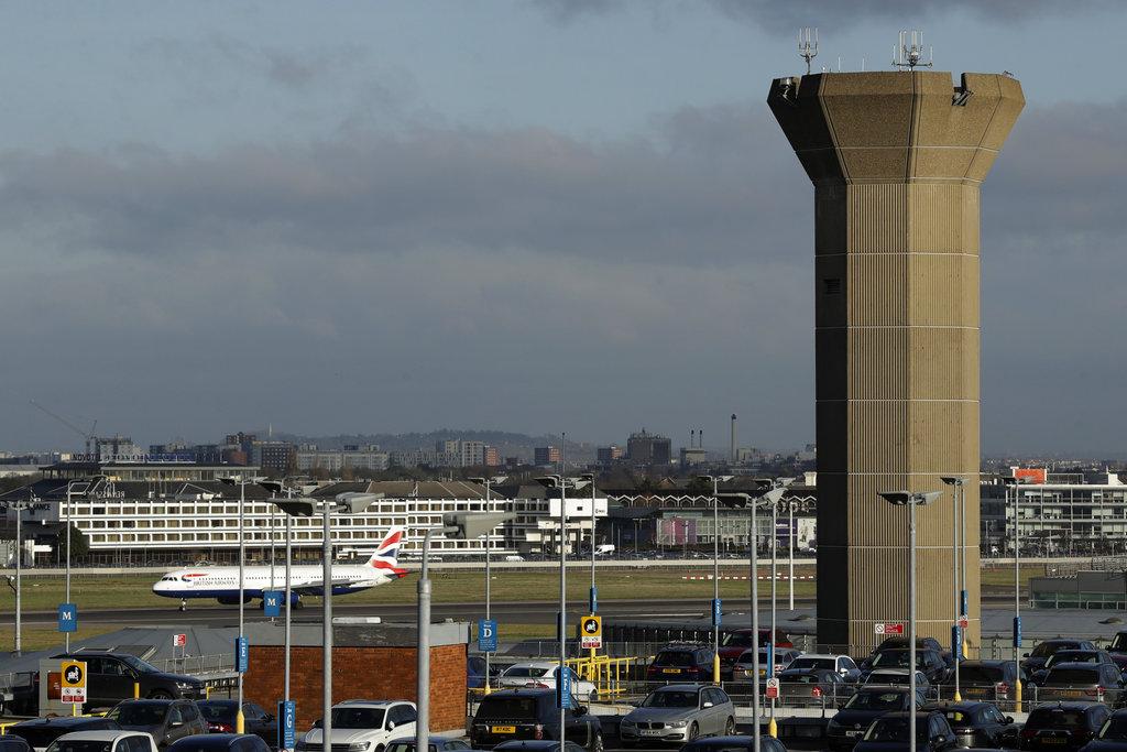 倫敦蓋特威克和希斯路兩個機場先後遭受無人機干擾、導致航空交通大混亂。AP