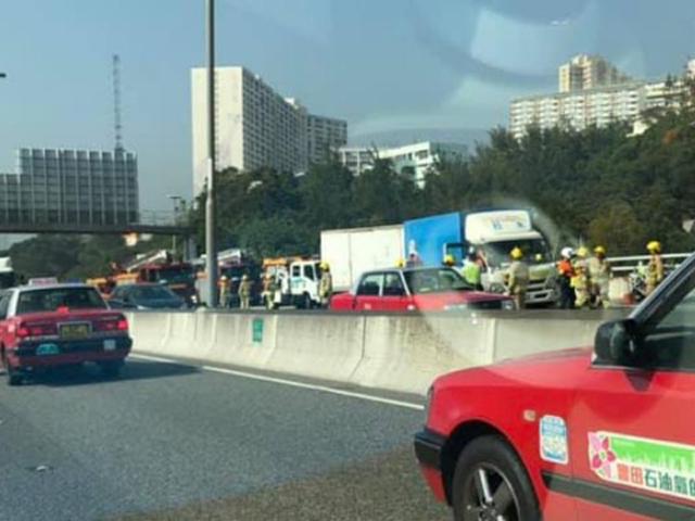 青葵公路發生3車相撞意外,現場交通一度擠塞。 馬路的事fb圖