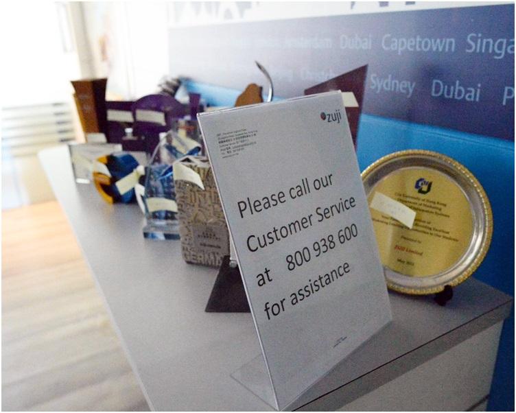 「ZUJI香港」辦公室擺放英文告示,建議消費者可致電公司熱線查詢。