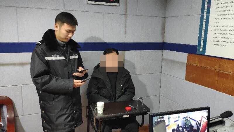 此次事件是一名28歲梁姓男子,利用手機WiFi破解密碼後,投屏到火鍋店大屏播放所致。澎湃新聞