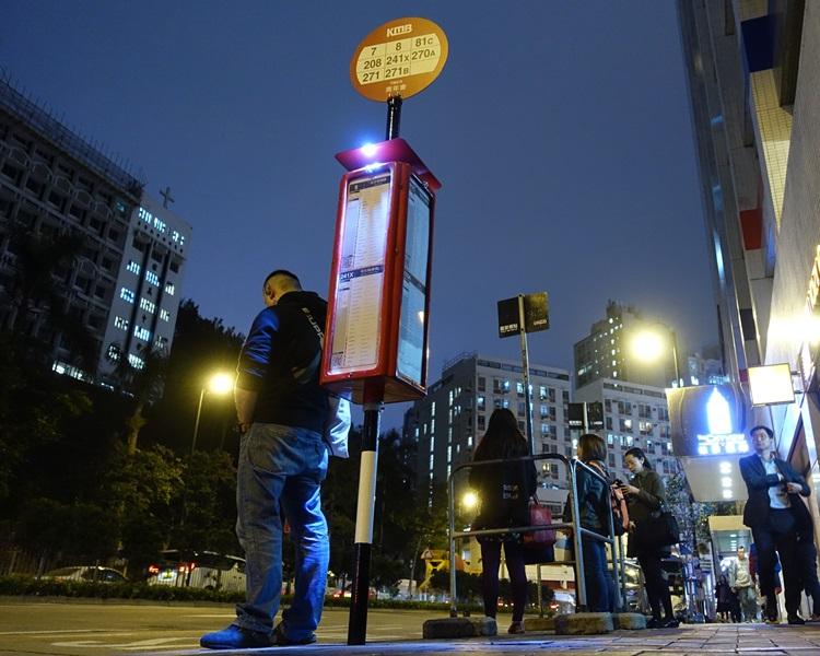 站柱設於油麻地窩打老道青年會巴士站。