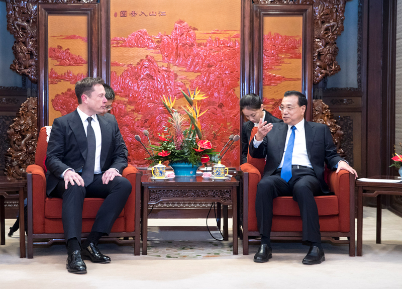 馬斯克表示自己非常熱愛中國,願意多到這裏來;李克強稱可以給予他一張「中國綠卡」。