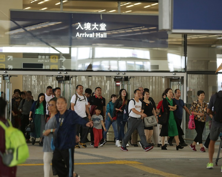 港珠澳大橋開通為本港帶來大量旅客。資料圖片