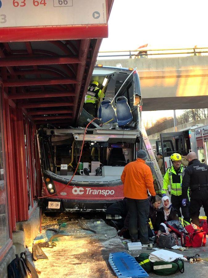 巴士的擋風玻璃削去,嚴重損毀。圖:twitter