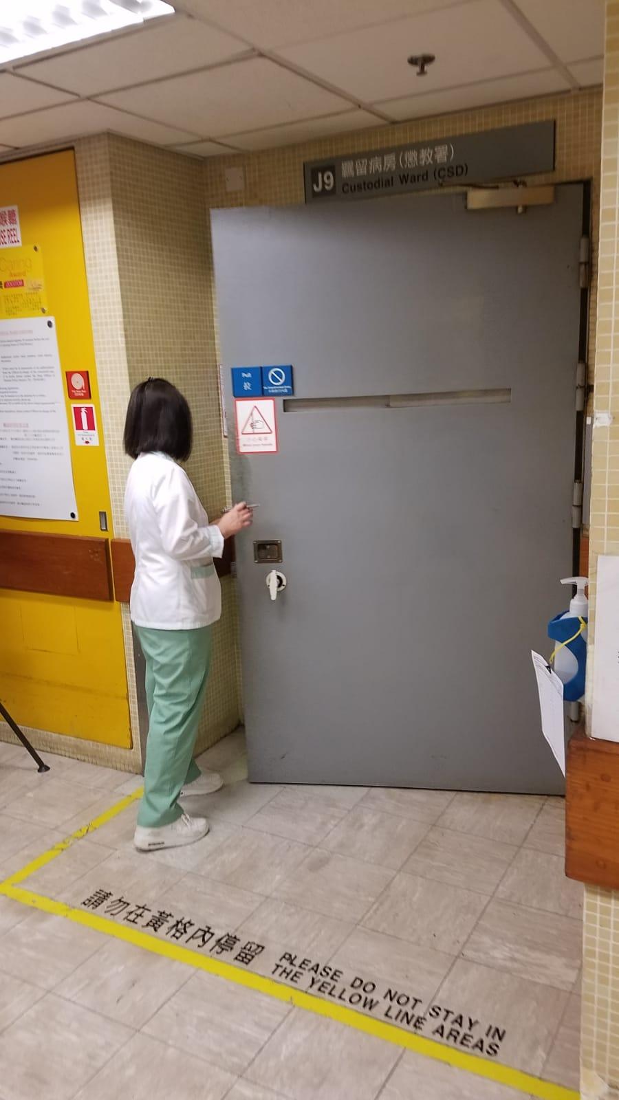 曾蔭權報稱身體不適,被送往瑪麗醫院J9羈留病房接受治療。