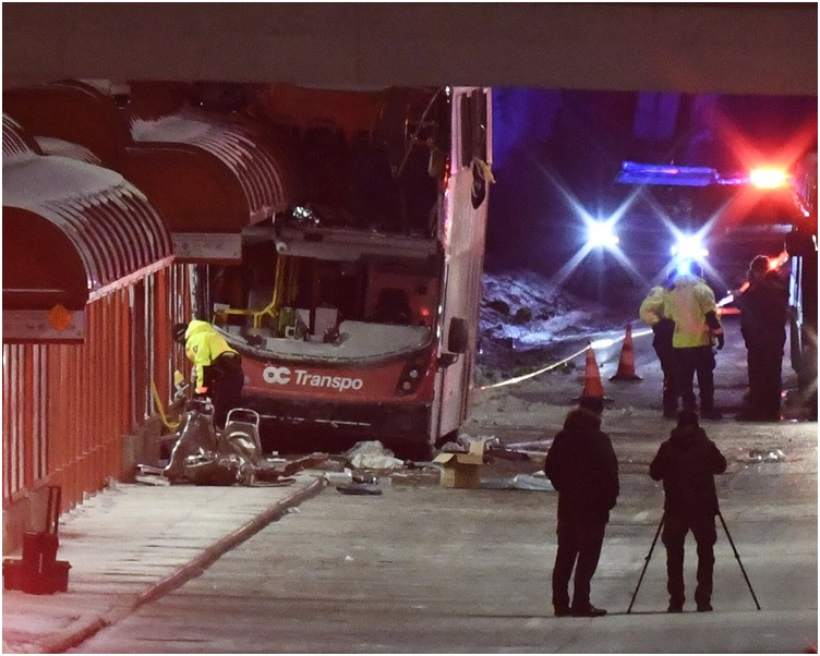巴士上层右侧是此次事故的主要伤亡区。