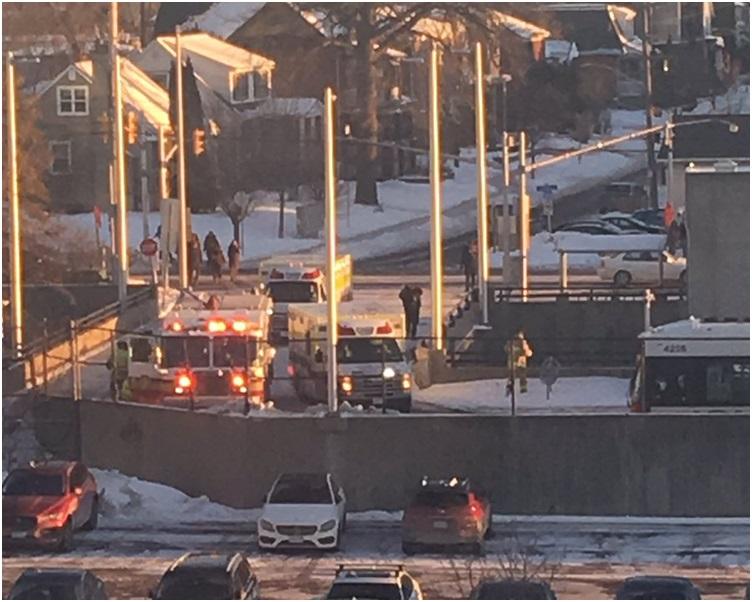 大批消防及救援人员赶到现场。