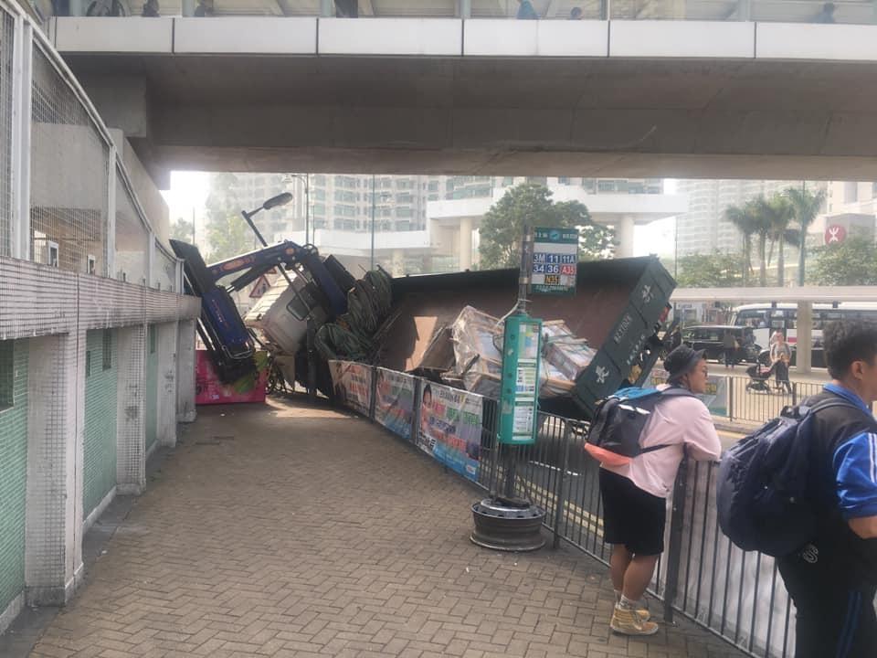 工程車失事翻側。網民Jemy Chan圖片