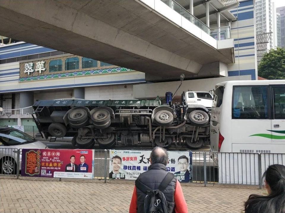 工程車失事翻側。網民Jack Kwun Yu Chan圖片