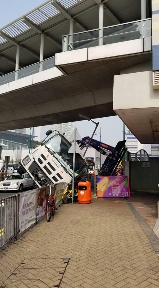 工程車失事翻側。網民Bee Wong 圖片