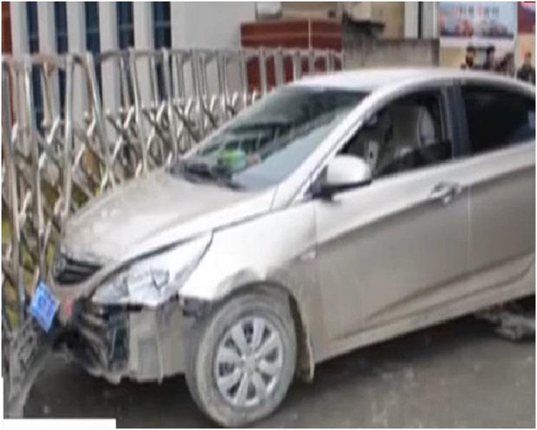 左邊車頭嚴重撞毀,幸好是人無恙。