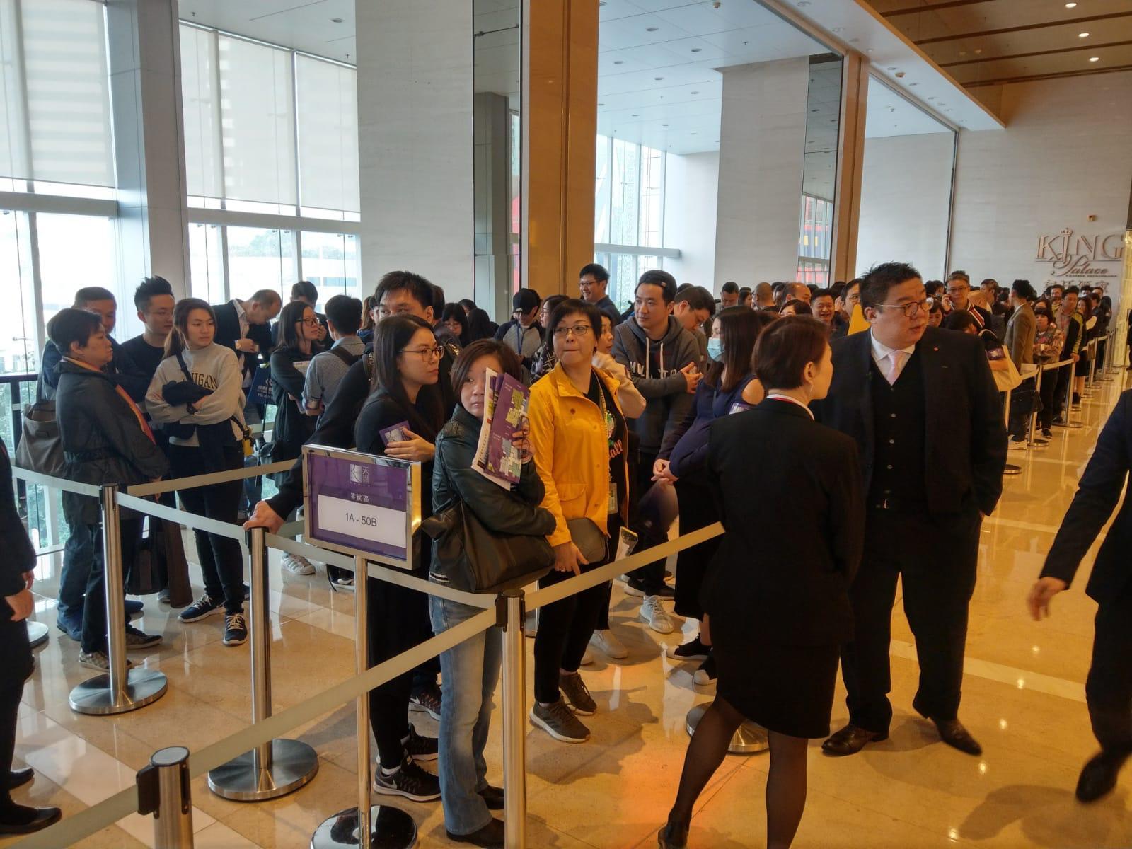 買家今早開始揀樓,大批準買家一早到場排隊等候,氣氛熱鬧。