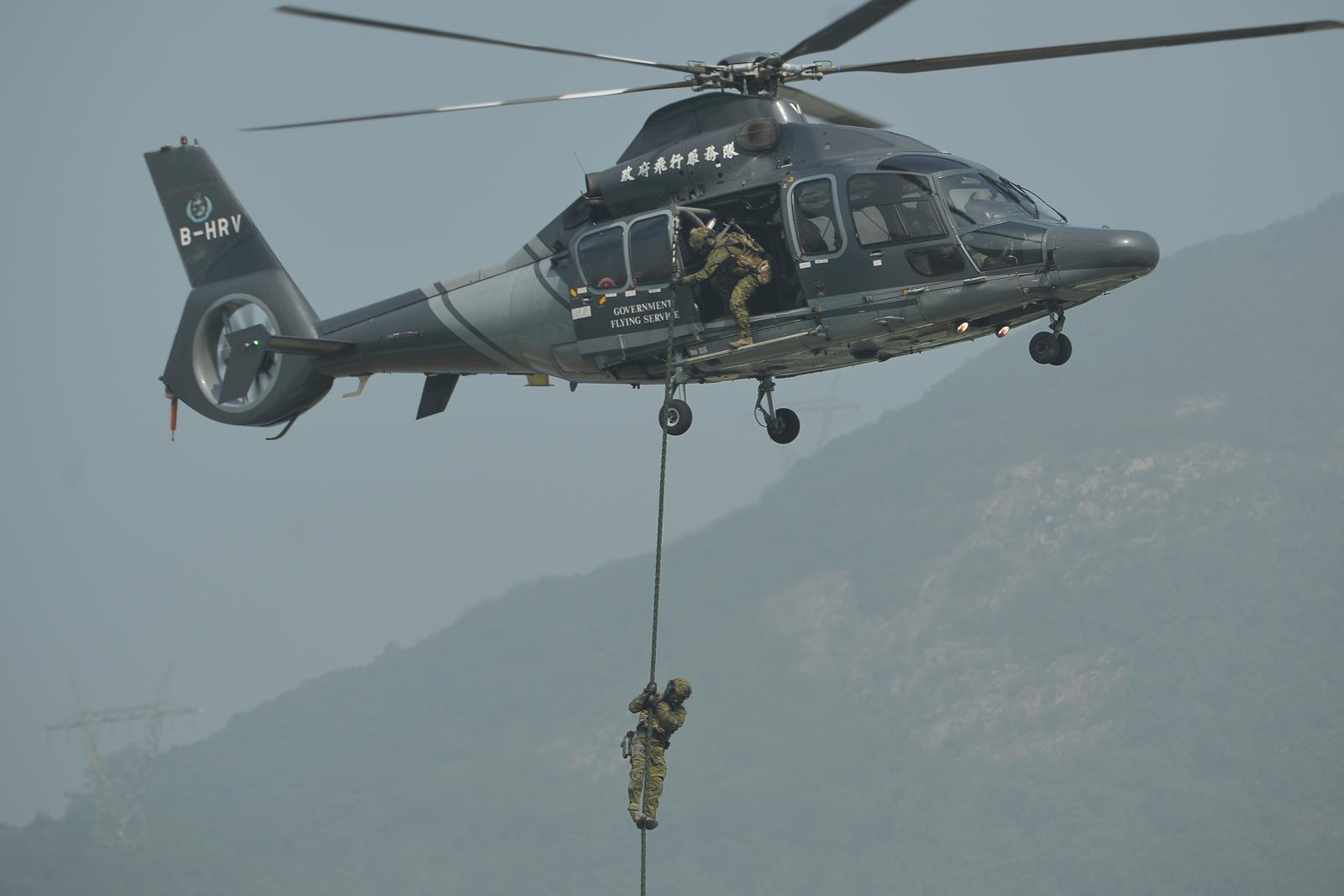 隊員由直升機上游繩而下