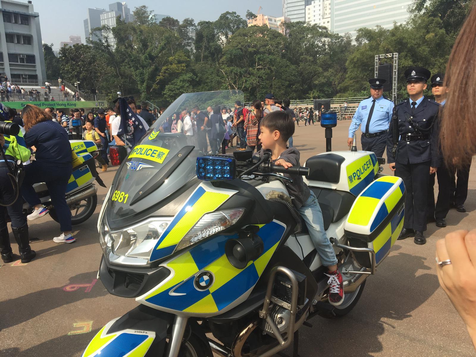 市民帶同子女一同參加同樂日,認為活動能加深對警隊的認識。