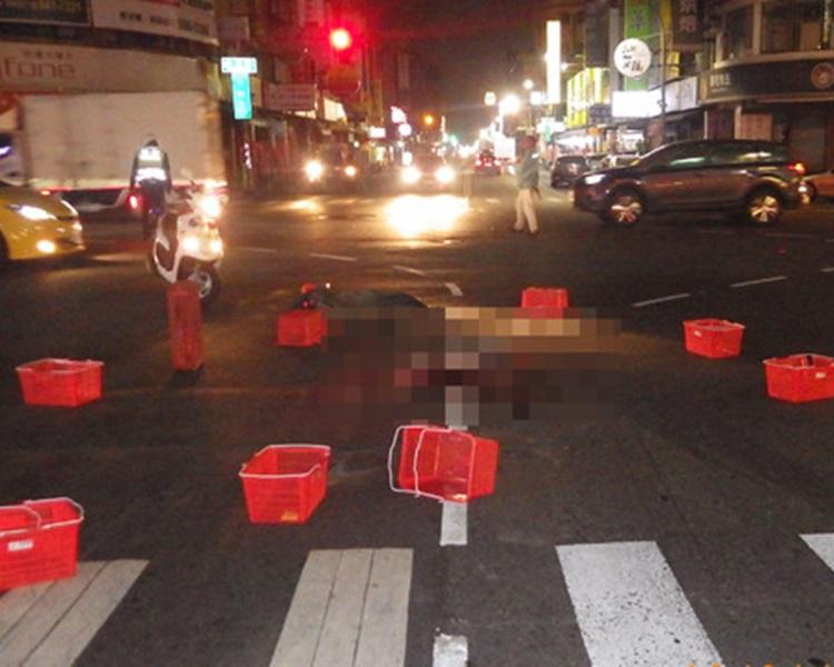 有路人將籃子圍在醉男身邊,但他仍被輾斃。網圖