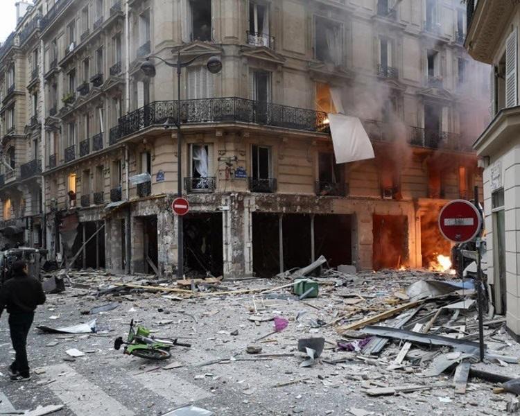 巴黎一建筑物爆炸,地面一片凌乱。Twitter