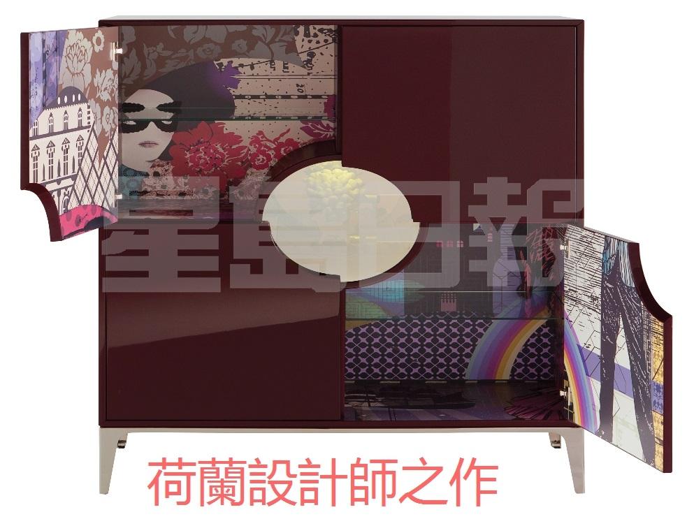 荷蘭設計師Marcel Wanders於構思這個四門櫥櫃時,受到珍稀物品收藏家的啟迪,旨於設計可完美滿足由錢幣至火柴盒收藏家需要的寶箱。其內裡層板以多色圖案和中國字符演繹獨家Globe Trotter主題,低調雅致的櫥窗設計為你的家居增添驚喜色彩。