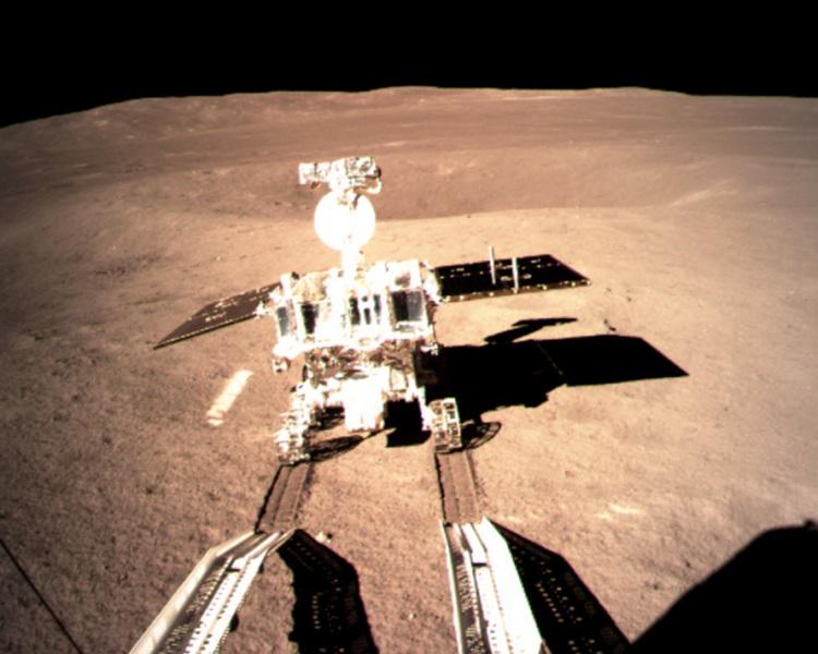 搭載在「嫦娥四號」的「玉兔二號」在月背留下第一道印跡。新華社(國家航天局 供圖)