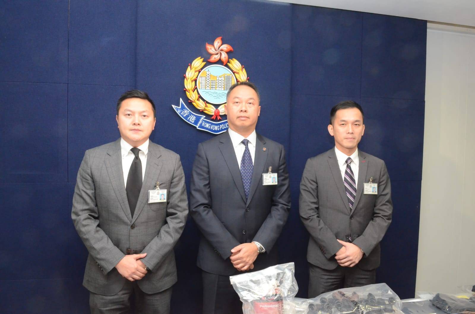 東九龍反三合會行動組總督察曾霆斌(左)